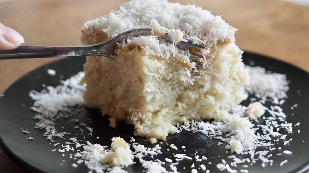 fatia de bolo gelado de coco